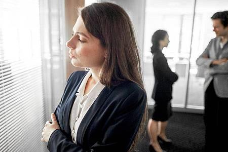 Wer gekündigt hat, darf Kolleginnen und Kollegen in der Regel auch davon erzählen, auch wenn der Arbeitgeber das nicht möchte. Foto: Klaus-Dietmar Gabbert/dpa-tmn