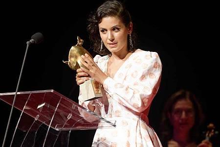 Sängerin Katie Melua mit ihrem Preis auf der Bühne in Bonn. Foto: Henning Kaiser/dpa