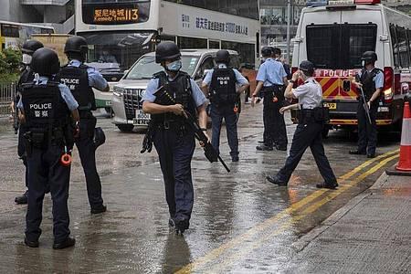 Polizeibeamte stehen vor einem Gericht in Hongkong Wache. Foto: Uncredited/AP/dpa