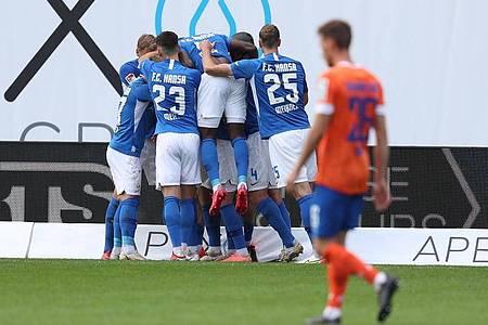 Aufsteiger Hansa Rostock kam durch ein spätes Tor zum Heimsieg gegen Darmstadt 98. Foto: Danny Gohlke/dpa