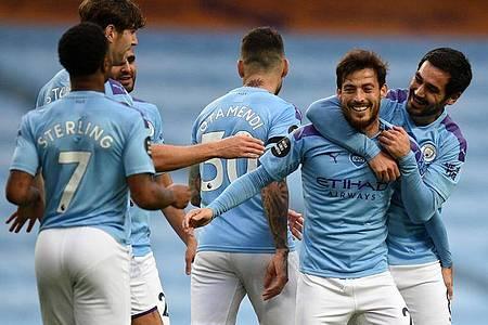 David Silva (2.v.r) von Manchester City jubelt nach seinem Freistoßtor zum 4:0 mit Ilkay Gündogan. Foto: Oli Scarff/Nmc Pool/PA Wire/dpa