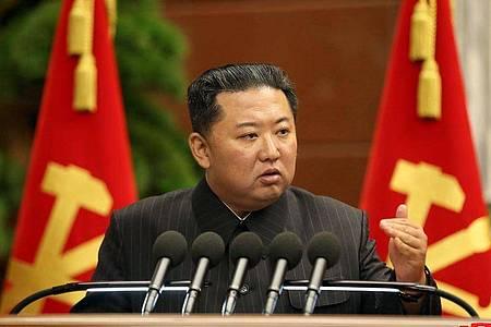 Kim Jong Un soll die Parade in Pjöngjang verfolgt haben, wie eine südkoreanische Nachrichtenagentur berichtet. Foto: -/KCNA/dpa