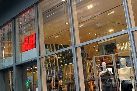 Wegen des Ausspähens von Mitarbeitern haz der schwedische Mode-Riese Hennes & Mauritz (H&M) ein Bußgeld in Höhe von 35,3 Millionen Euro aufgebrummt bekommen. Foto: John Marshall Mantel/ZUMA Wire/dpa