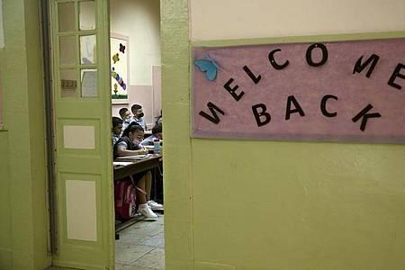 Willkommen zurück: Schüler und Schülerinnen in einem Klassenraum in Jerusalem. Foto: Maya Alleruzzo/AP/dpa