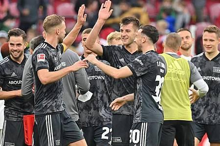 Die Berliner Mannschaft jubelt nach dem Schlusspfiff. Foto: Torsten Silz/dpa