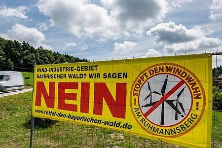 Protest gegen Stromerzeugung: Plakat von Windkraft-Gegnern im Bayerischen Wald. Foto: Armin Weigel/dpa/Archiv