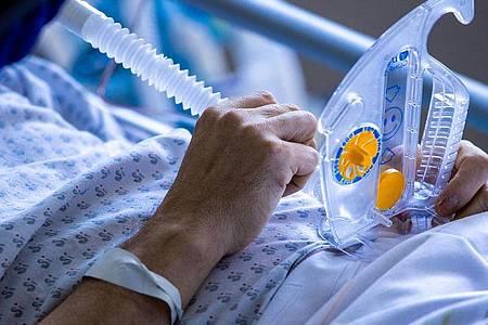 Eine Corona-Infektion könnte neuen Studien zufolge monatelang vor einer Neuansteckung mit dem Virus schützen. Foto: Jens Büttner/dpa-Zentralbild/dpa