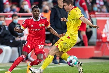 Unions Sheraldo Becker (l) kämpft gegen Freiburgs Dominique Heintz um den Ball. Foto: Andreas Gora/dpa-Pool/dpa