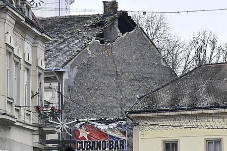 Blick auf ein beschädigtes Dach in Sisak. Foto: --/AP/dpa