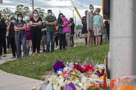 Menschen in London (Ontario) trauern am Ort des Angriffs um die verstorbenenen Menschen aus ihrer Gemeinde. Foto: Brett Gundlock/The Canadian Press/AP/dpa