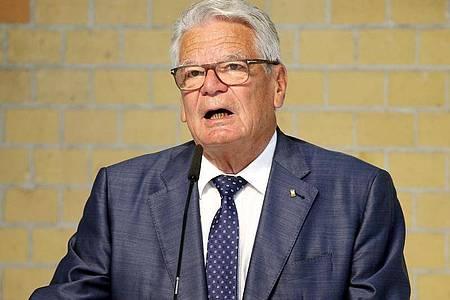 Ex-Bundespräsident Joachim Gauck hat Impfgegner scharf angegriffen. Foto: Wolfgang Kumm/dpa