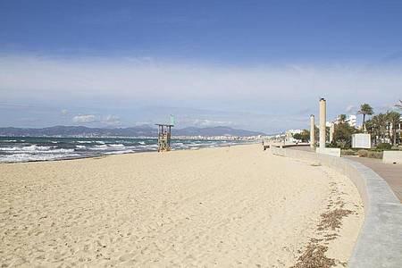 Von Herbstferien ist auf Mallorca kaum etwas zu sehen. Die meisten Hotels sind zu, der Strand ist leer. Foto: Mar Granel Palou/dpa