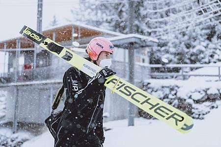 Karl Geiger geht mit Mund-Nasen-Schutz an der Schattenbergschanze. Foto: EXPA/JFK/FIS/dpa