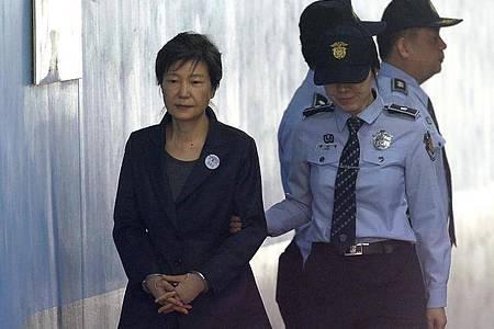 Park Geun Hye, ehemalige südkoreanische Präsidentin, kommt 2017 zu einer Anhörung im Seoul Central District Court. Foto: Ahn Young-Joon/AP/dpa
