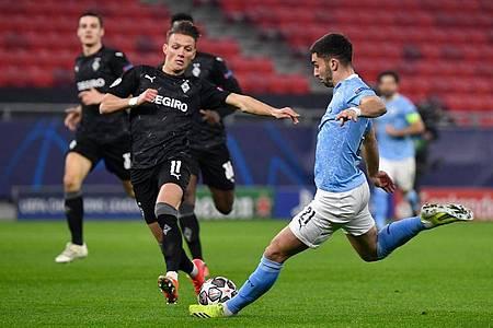 Gladbachs Hannes Wolf und Manchester Citys Ferran Torres (r) kämpfen um denBall. Foto: Marton Monus/dpa