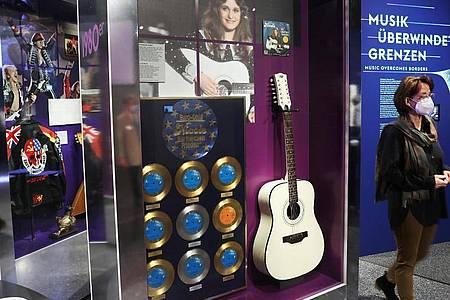 Die Gitarre der Schlagersängerin Nicole im Bonner Haus der Geschichte. Foto: Oliver Berg/dpa