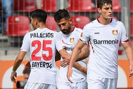 Leverkusens Kerem Demirbay (2. v. l.), Exequiel Palacios (l) und Patrik Schick freuen sich über den zweiten Saisonsieg. Foto: Matthias Balk/dpa