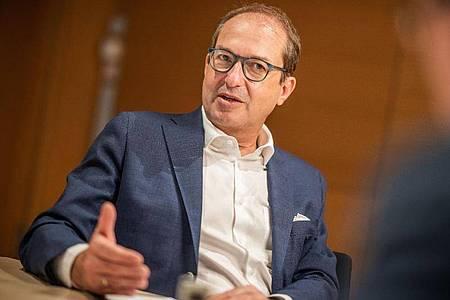 Alexander Dobrindt, CSU-Landesgruppenchef in der CDU/CSU Fraktion im Deutschen Bundestag, bei einem dpa-Interviews. Foto: Michael Kappeler/dpa