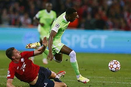 Wolfsburgs Josuha Guilavogui (r) kann sich gegen Sven Botman von OSC Lille durchsetzen. Foto: Michel Spingler/AP/dpa