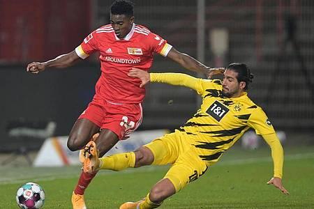 Der Berliner Taiwo Awoniyi (l) gewinnt den Zweikampf mit BVB-Profi Emre Can. Foto: Soeren Stache/dpa-Zentralbild/dpa