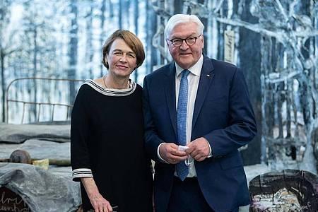 """Bundespräsident Frank-Walter Steinmeier und seine Frau Elke Büdenbender bei der Eröffnung der Schau """"Diversity United"""". Foto: Bernd von Jutrczenka/dpa"""