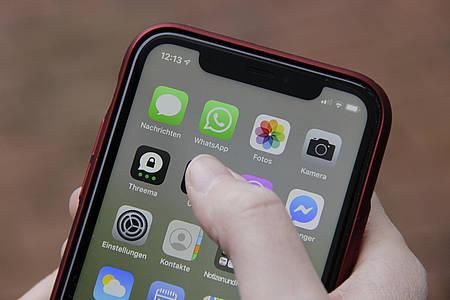 Verschiedene App-Icons auf Smartphone, darunter WhatsApp