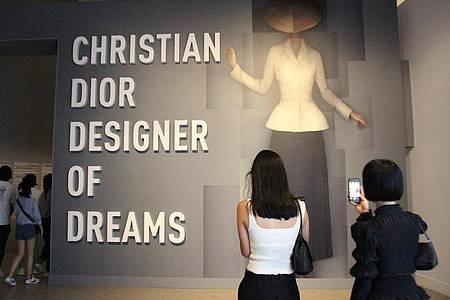 Welch ein Eingang:zu Ehren des französischen Mode-Designers Dior öffnet die Ausstellung in New York. Foto: Christina Horsten/dpa