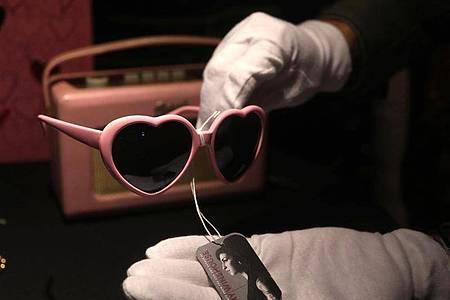 Eine herzförmige Brille von Amy Winehouse ist im Hard Rock Cafe am Times Square zu sehen. Vor einer großen Versteigerung in Kalifornien sind persönliche Gegenstände der verstorbenen Sängerin in New York ausgestellt worden. Foto: Nancy Kaszerman/ZUMA Press Wire/dpa