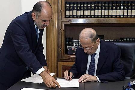 Michel Aoun (r), Präsident des Libanon, unterzeichnet ein Dekret zur Bildung einer lang erwarteten Regierung mit 24 Ministern, um die schwerste Wirtschaftskrise des Landes seit dem Ende des Bürgerkriegs 1975-1990 zu bewältigen. Foto: -/Dalati & Nohra/dpa