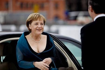 Der damalige norwegische Ministerpräsident Jens Stoltenberg (r) empfängt Bundeskanzlerin Angela Merkel (CDU) vor der neuen Oper. Foto: Lien/epa Scanpix Norge/dpa
