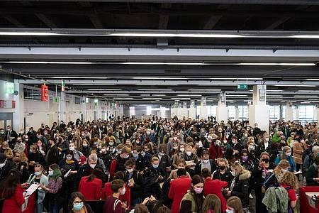 Der Einlassbereich am ersten Besuchertag. Foto: Sebastian Gollnow/dpa