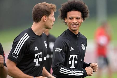 Leroy Sané (r) wird beim FC Bayern sein Bundesliga-Comeback feiern. Foto: Tobias Hase/dpa