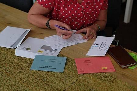 Cornelia Lüddemann füllt die Unterlagen für ihre Briefwahl aus. Sie ist Spitzenkandidatin der Grünen für die Landtagswahlen inSachsen-Anhalt und wählt per Briefwahl. Foto: Sebastian Willnow/dpa-Zentralbild/dpa