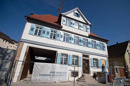 Bauzaun am ehemaligen Wohnhaus der Familie des Dichters Friedrich Hölderlin, das zum Museum umgebaut wird. Foto: Marijan Murat/dpa