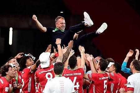 Hansi Flick (M) führt den FC Bayern erst zu Meisterschaft, dann zum Pokalsieg und auch zum Champions-League-Titel. Foto: Robert Michael/dpa-Zentralbild/Pool/dpa