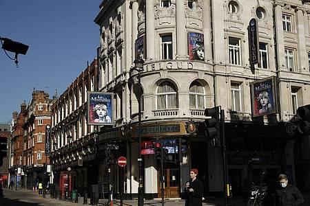 """Plakate für """"Les Miserables"""" hängen am vorübergehend geschlossenen Gielgud Theater in London. Foto: Matt Dunham/AP/dpa"""