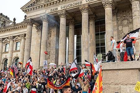August 2020: Teilnehmer einer Kundgebung gegen die Corona-Maßnahmen auf den Stufen zum Reichstagsgebäude. Foto: Achille Abboud/NurPhoto/dpa