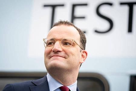 Bundesgesundheitsminister Jens Spahn (CDU)erwartet, dass bis Mitte Juli «an die 90 Prozent» der impfwilligen Erwachsenen in Deutschland eine Impfung gegen das Coronavirus erhalten. Foto: Kay Nietfeld/dpa