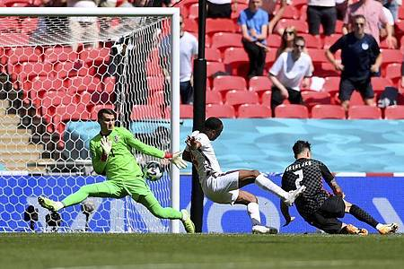 Raheem Sterling (M) schießt den Ball zum 1:0 ins Tor. Foto: Laurence Griffiths/Pool Getty/AP/dpa