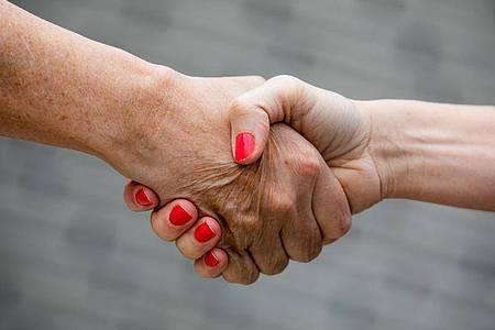 Beim Jobsharing sollte Hand in Hand gearbeitet werden. Foto: Rolf Vennenbernd/dpa
