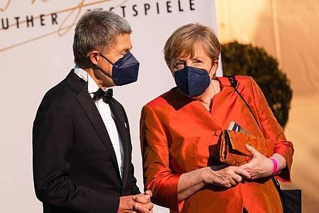 Bundeskanzlerin Merkel mit ihrem Ehemann Joachim Sauer bei der Eröffnung der Richard-Wagner-Festspiele 2021. Foto: Nicolas Armer/dpa