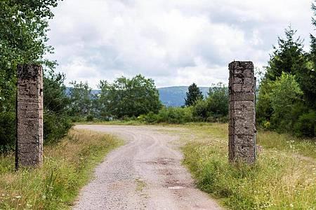 Mutmaßliche Torpfosten stehen am Eingang zum Steinbruch des NS-Konzentrationslagers Natzwiller-Struthof. Foto: Philipp von Ditfurth/dpa