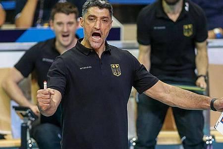 Bundestrainer Andrea Giani feierte mit den deutschen Volleyballern bei der EM einen Auftaktsieg. Foto: Andreas Gora/dpa