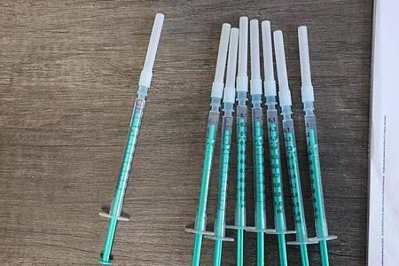 Spritzen gefüllt mit dem Impfstoff von Biontech/Pfizer. Foto: Bodo Schackow/dpa-Zentralbild/dpa