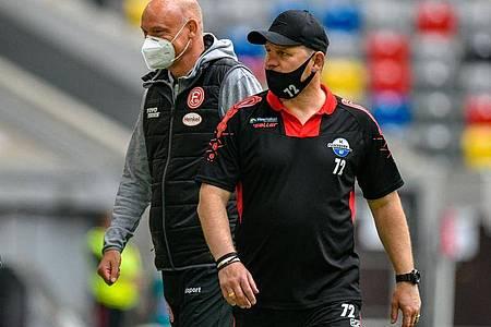 Die Teams von Düsseldorf-Coach Uwe Rösler (l) und Paderborns Trainer Steffen Baumgart trennten sich torlos. Foto: Sascha Schuermann/AFP-Pool/dpa