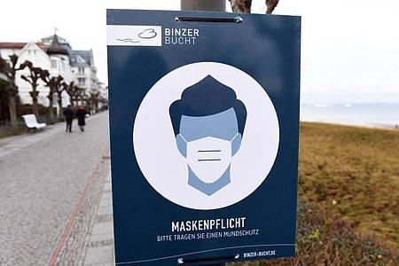 Hinweis auf die Maskenpflicht im Ostseebad Binz auf Rügen. Foto: Stefan Sauer/dpa-Zentralbild/dpa
