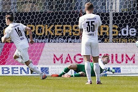 Kevin Behrens (l) brachte Sandhausen gegen Würzburg auf die Siegerstraße. Foto: Uwe Anspach/dpa