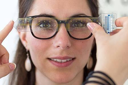 Augenoptiker sind nicht nur Stilberater. Sie sorgen auch dafür, dass die Brille richtig im Gesicht sitzt. Foto: Heike Skamper/ZVA/dpa-tmn