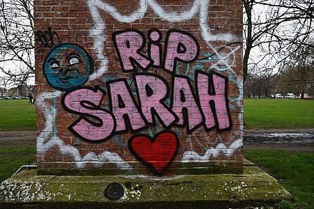 Ein Graffiti erinnert an die im März entführte und getötete Londonerin Sarah Everard. Foto: Kirsty O`connor/PA Wire/dpa