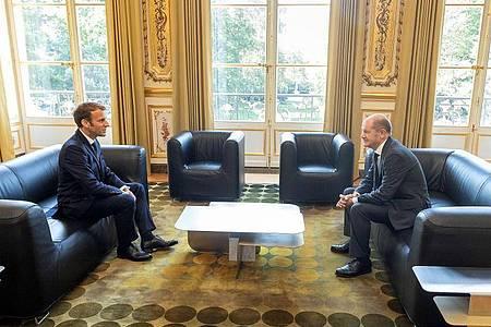 Emmanuel Macron (l.), Präsident von Frankreich, spricht mit Olaf Scholz (SPD), Bundesfinanzminister, im Elysee-Palast. Foto: -/Bundesministerium der Finanzen/dpa